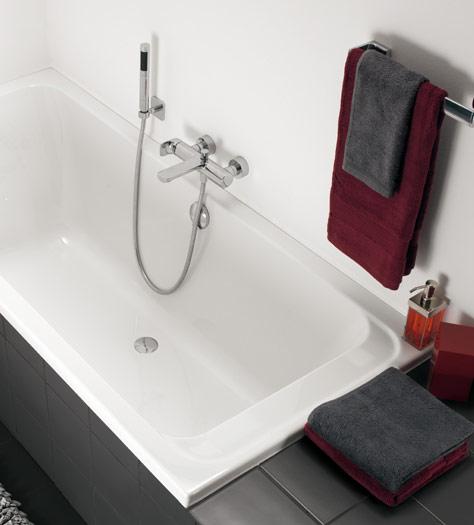 Bagno piccolo con vasca da bagno - Omnia architectura